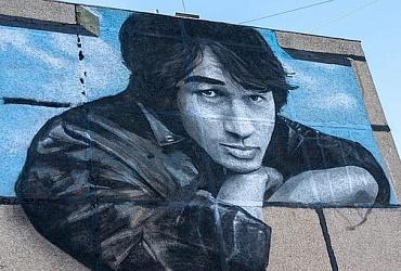 Стену многоэтажного дома во Владимире украсил крупный портрет Виктора Цоя – ВИДЕО
