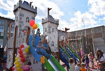 Благодаря нацпроекту юные жители поселка Кудряшовский Новосибирской области получили игровую площадку-замок – ВИДЕО