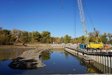 В Волго-Ахтубинской пойме под Волгоградом завершают строительство переливной плотины - ВИДЕО