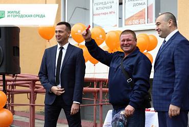 Жителям аварийных домов из Еманжелинска в Челябинской области вручили ключи от новых квартир